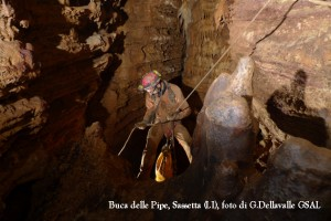 Sul terrazzo a metà della discesa principale della grotta