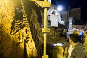 Durante la proiezione delle immagini delle grotte di Sassetta, foto di L. Deravignone.